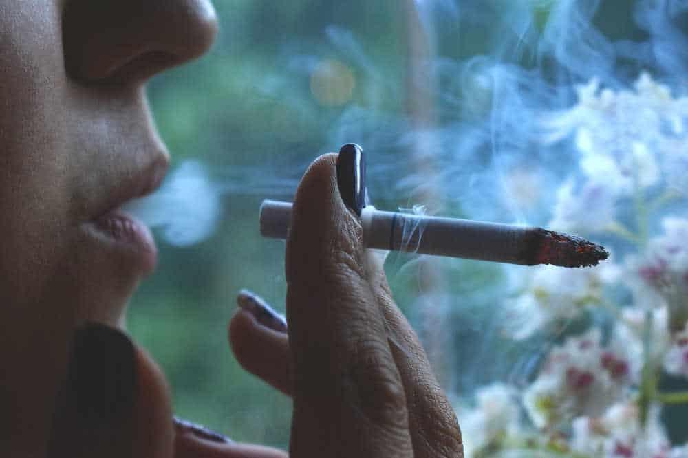 Mit dem Luftreiniger Zigarettenrauch filtern